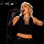 miley-cyrus-rocks-out-with-covers-of-queen,-blondie-for-ncaa-final-four-concert